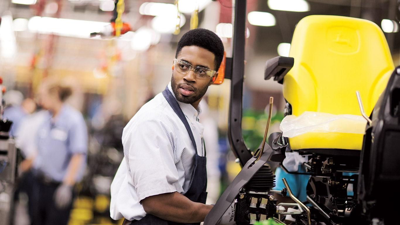 Fábrica de Augusta, tractores utilitarios compactos, fabricación, personas